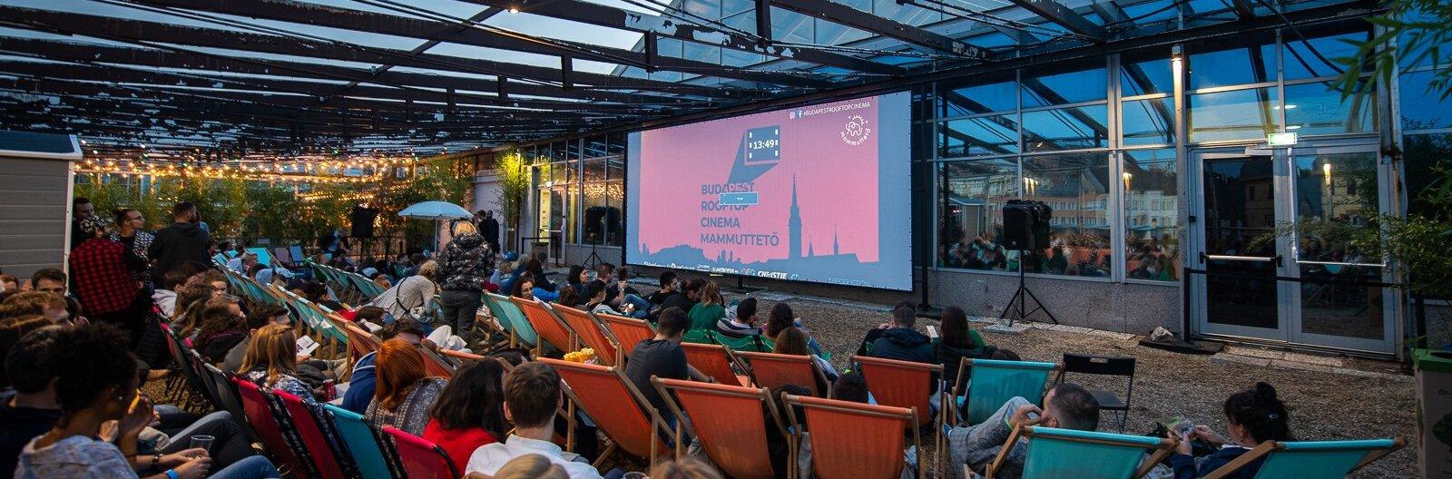 Rooftopoktól a kerthelyiségekig – szabadtéri mozik Budapesten