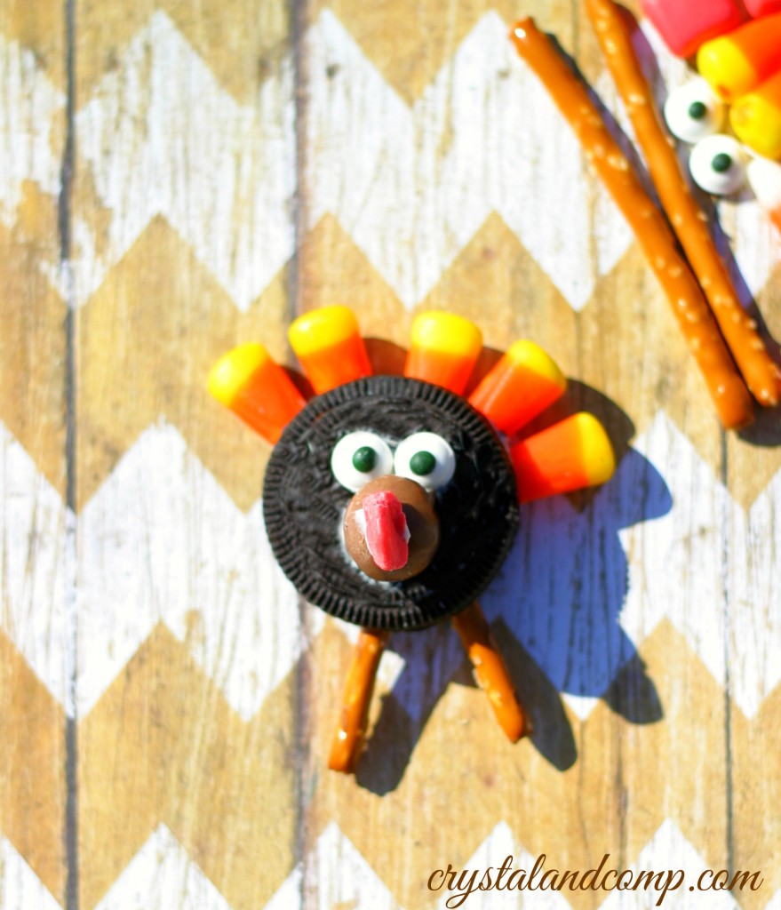 how-to-make-a-turkey-with-an-oreo-cookie-879x1024