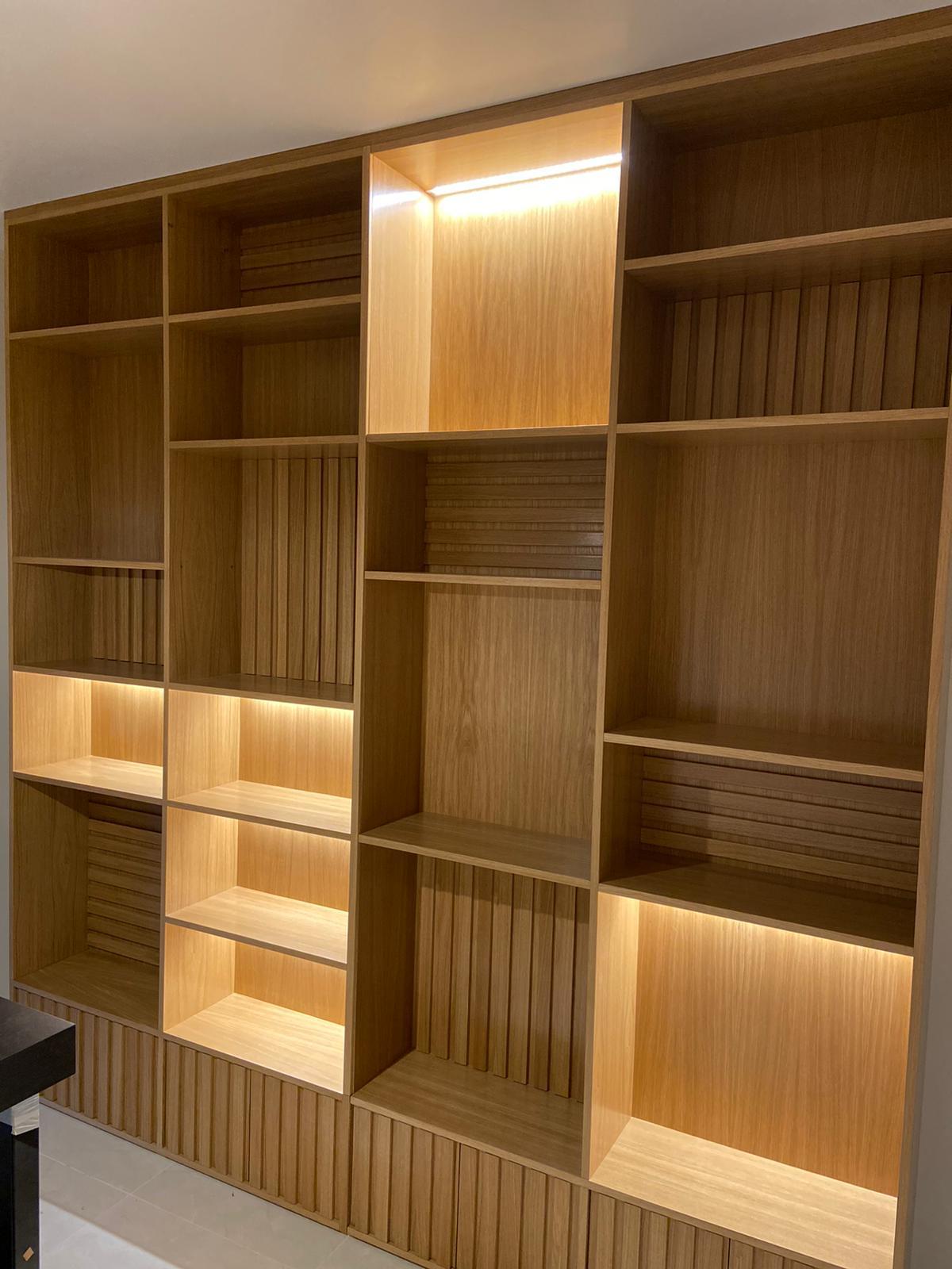 Librería de roble con iluminación led