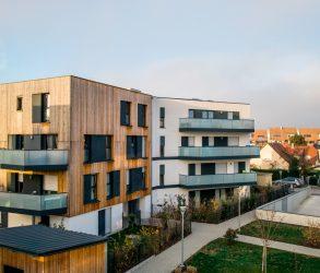 Maisons et appartements neufs dans un quartier résidentiel