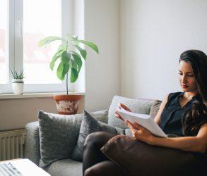 Jeune femme listant son contrat de location