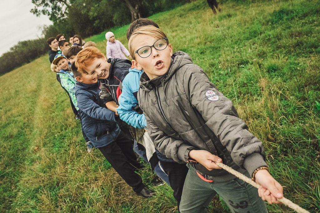 kids-tug-of-war-anna-samoylova / unsplash
