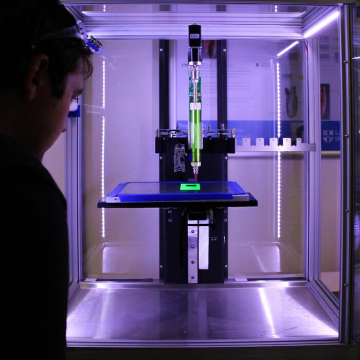 impresora 3D de plástico trabajando