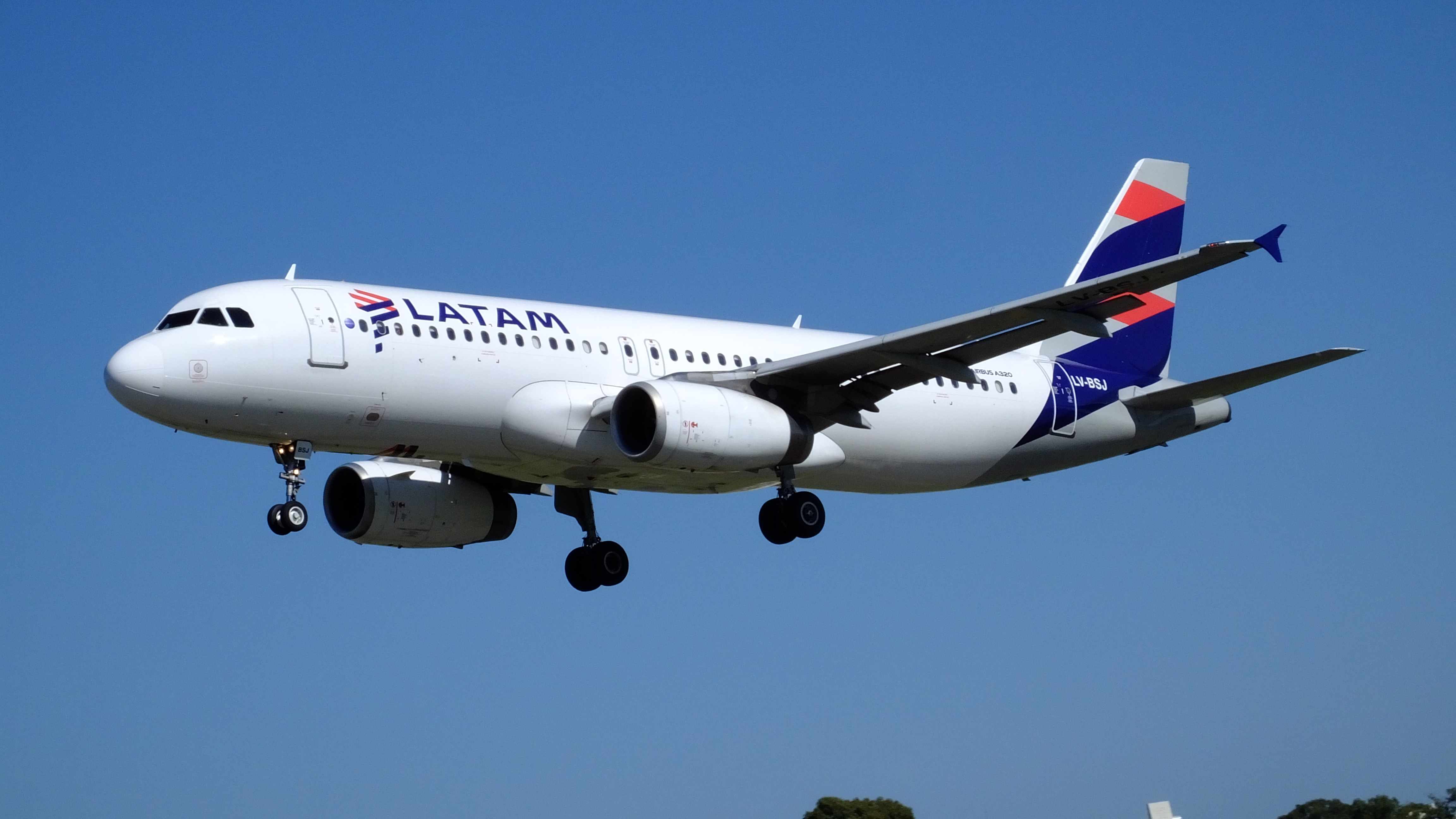 A companhia aérea Latam Brasil apresentou na noite desta quarta-feira (8) um pedido de recuperação judicial nos Estados Unidos