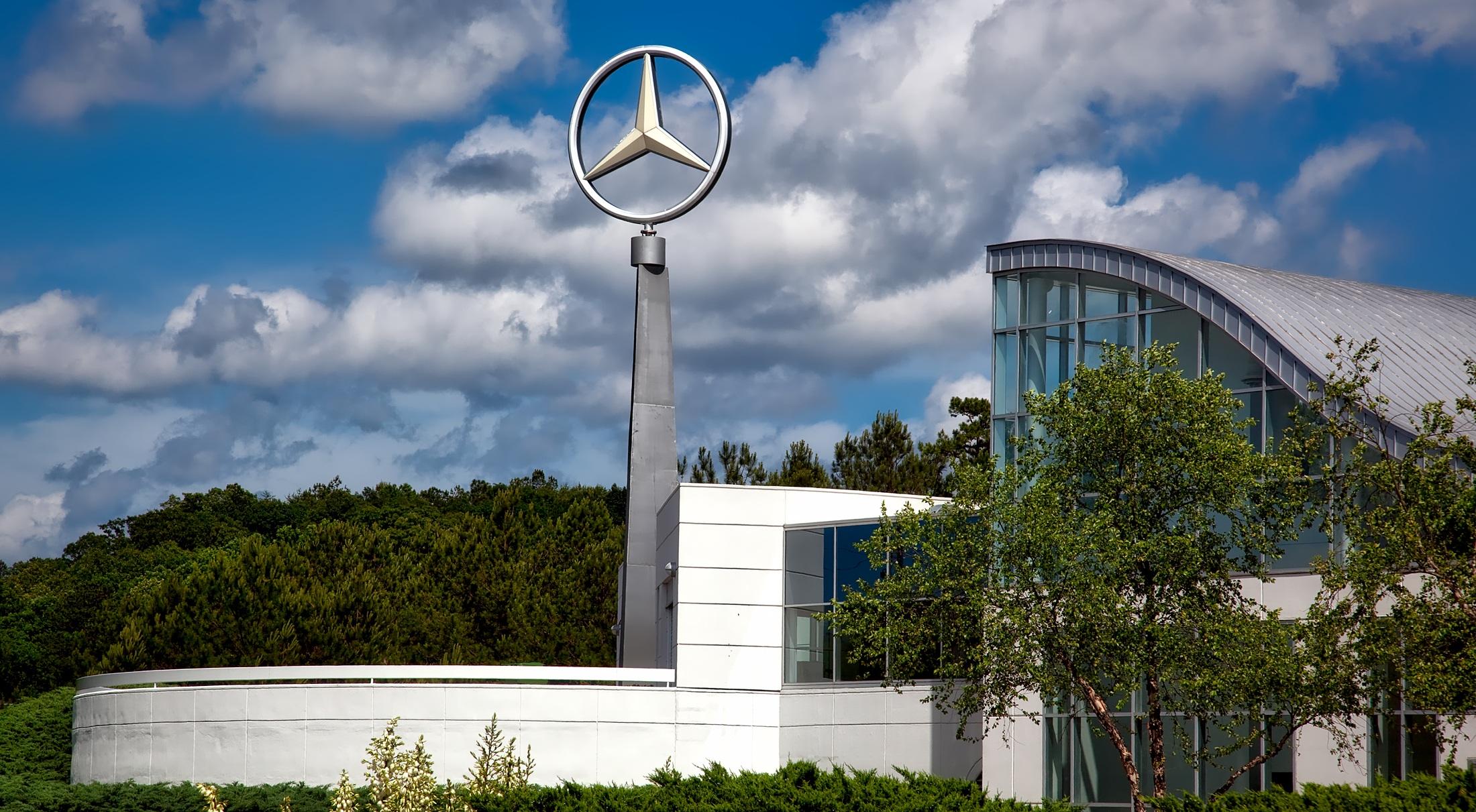 Mercedes-Benz diz 'estar de olho' no mercado de caminhões da Ford
