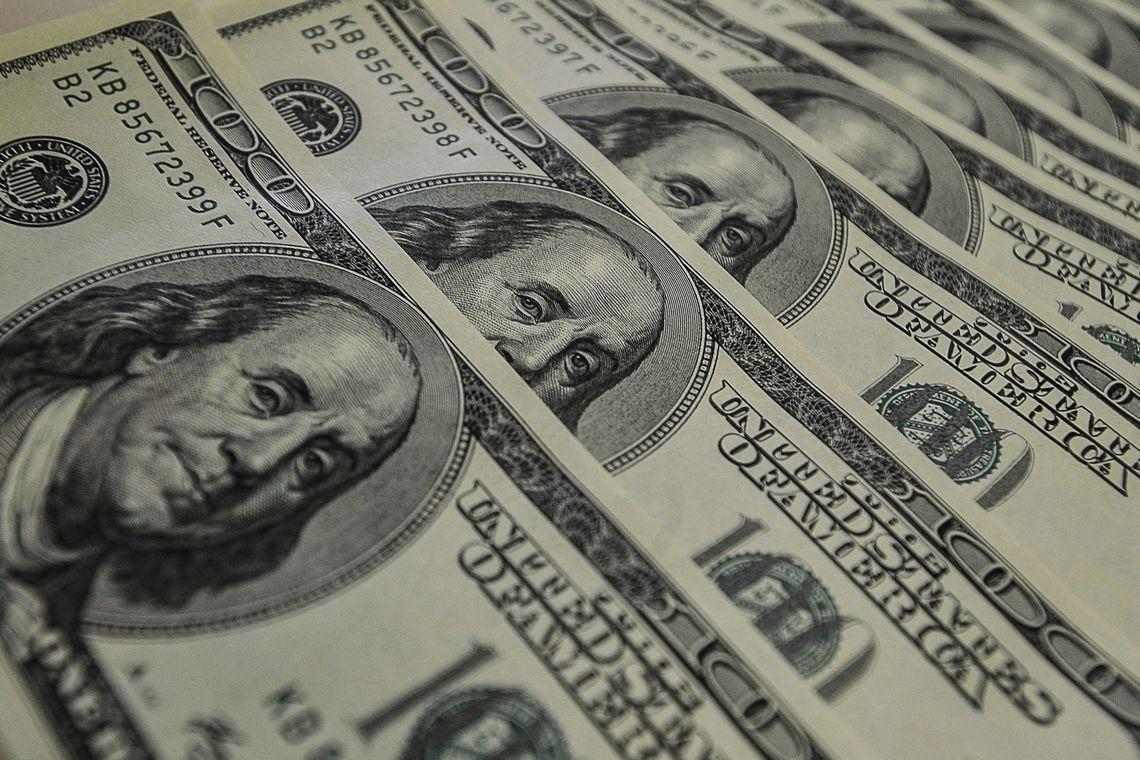 Dólar abre em queda; recuperação europeia e petróleo no radar