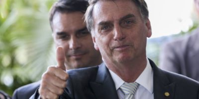 Caso Flávio Bolsonaro não é crise de governo, diz fonte em Davos