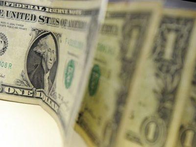 Dólar abre em queda de 0,3%, de olho na produção industrial