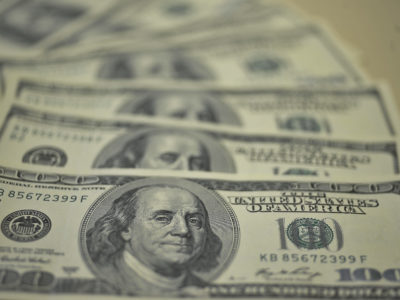 Dólar abre em alta de 0,5%; indicadores econômicos no radar