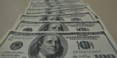 Dólar abre a segunda-feira em queda