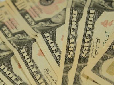 Dólar abre em queda de 1%; balança comercial no radar