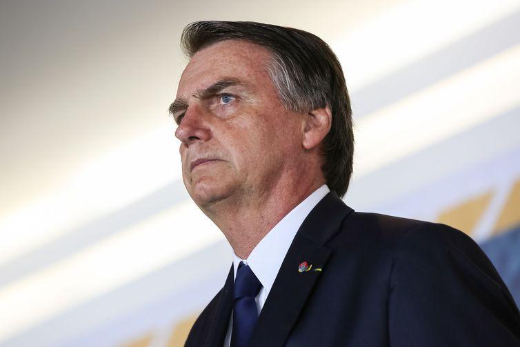 Internado, Bolsonaro apresenta sinais de pneumonia, diz boletim médico