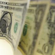 Dólar encerra semana em queda acumulada de 0,95%