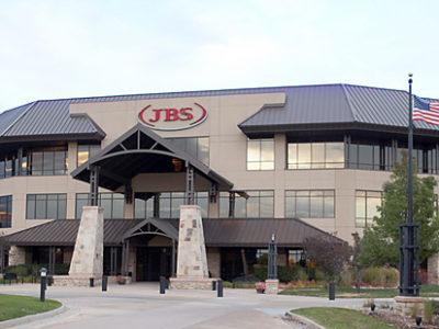 JBS (JBSS3) enfrenta surto de covid-19 em plantas no Brasil e nos EUA