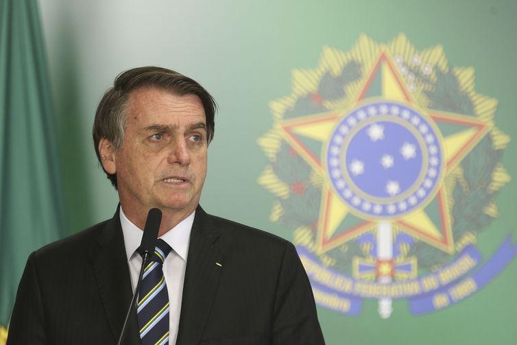 Bolsonaro admite que Queiroz recebia valores de outros funcionários