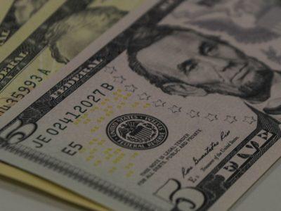 Dólar encerra em queda de 1,1%, cotado em R$ 5,08