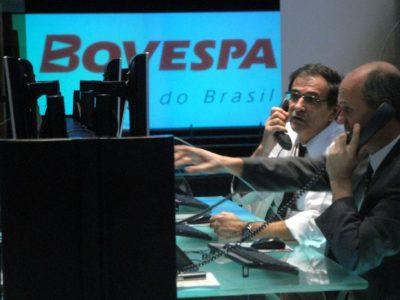O Ibovespa fechou a semana em alta de 0,47%, a 106.556,88 pontos com divulgação de resultados e crise na região. Clique aqui e saiba mais.