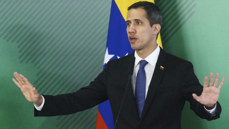 Juan Guaidó diz ter apoio de militares e ameaça depor Nicolás Maduro