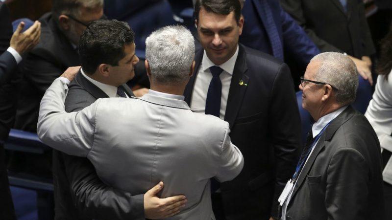 Flávio Bolsonaro: Receita montará equipe especial para investigar senador e mais 94