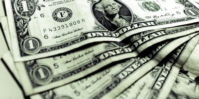 Dólar abre em queda atento ao megaleilão da cessão onerosa