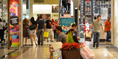 Coronavírus: confiança do consumidor cai por causa da pandemia, diz FGV