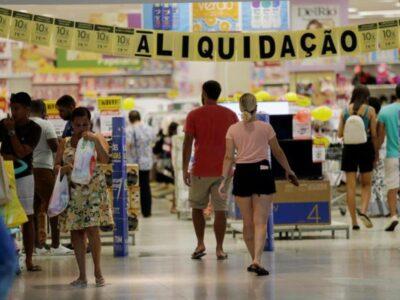 Índice de Confiança do Consumidor reflete perspectivas voláteis e cai em outubro, diz FGV