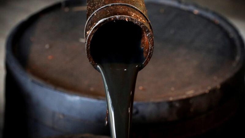 Petróleo cai 4% com aumento de oferta e bloqueios pelo coronavírus
