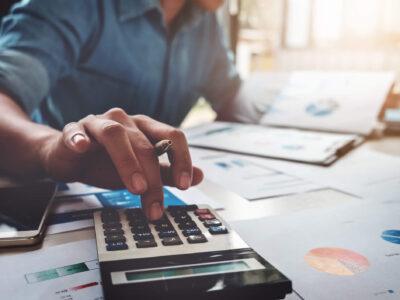 Brasileiros poupam menos e pagam mais impostos, segundo IBGE