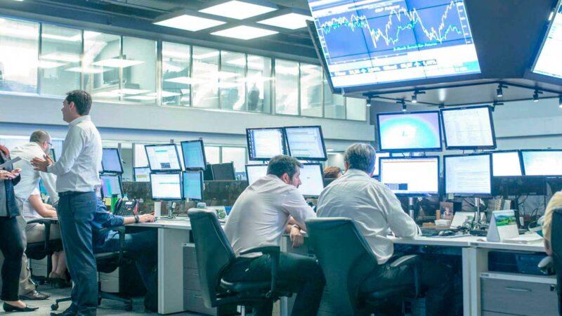 Ibovespa cai puxado pela Petrobras (PETR4); IRB Brasil (IRBR3) sobe 4%
