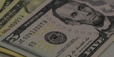 Dólar registra queda de 0,992% com aumento de casos de coronavírus