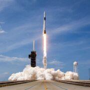 SpaceX: foguete Dragon Crew chega à Estação Espacial Internacional