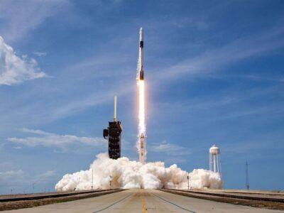 Elon Musk: SpaceX lança 58 satélites de internet banda larga em órbita