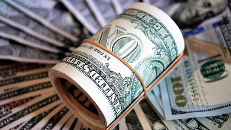 Dólar sobe 0,90%, negociado a R$ 5,75, de olho em pacote dos Estados Unidos