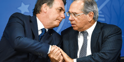 Dólar abre em queda atento a relação política entre Bolsonaro e Guedes