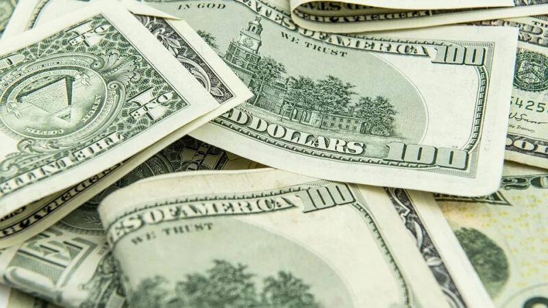 Dólar abre em queda com pacote de estímulos dos EUA e Copom no radar