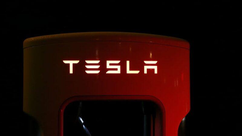Tesla e Apple realizam desdobramento de ações e devem atrair novos investidores
