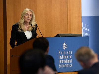 Fed: diretora defende manutenção do apoio monetário e fiscal