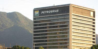 Petrobras (PETR4) opera em baixa de 1%, com queda do petróleo