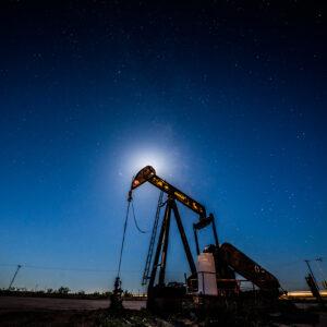 Petróleo fecha em queda após AIE piorar previsão para demanda global
