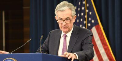 Fed: Powell afirma que inflação média abre espaço para cortes de juros