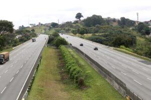 Fluxo de veículos em rodovias brasileiras deve se regularizar em 2024, diz Fitch