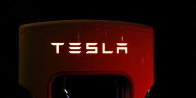 """Tesla: Musk anuncia novas """"super baterias"""" durante evento da empresa"""