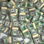 Dólar inicia em queda; pacote fiscal norte-americano no radar