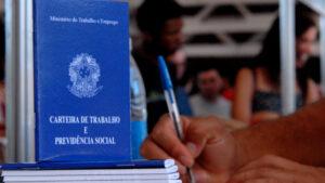 Taxa de desemprego aumenta para 13,6% em agosto, diz IBGE