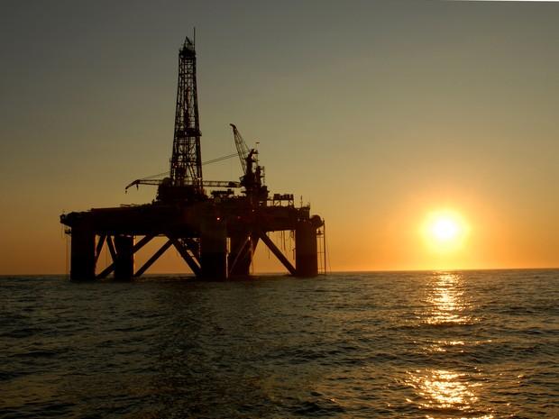 Petróleo recua cerca de 4%, com valorização do dólar e Covid-19