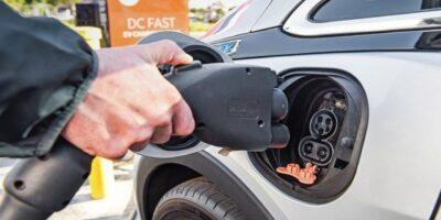 China planeja ter 50% dos carros com energia limpa até 2035