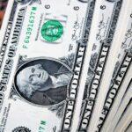 Dólar opera em queda de 0,45%, negociado a R$ 5,58