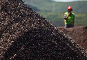 Minério de ferro fecha em alta; contratos futuros do ouro têm leve queda