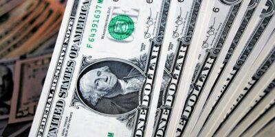 Dólar inicia a semana em queda de 0,35%, negociado a R$5,36