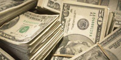Dólar encerra o último dia do mês em alta de 0,38%, a R$ 5,34